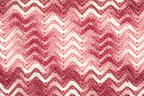 gehäkelte decke in pink mit chevron-muster - chevron gehäkelt stock-fotos und bilder