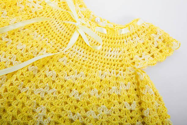gehäkelte gelben kleid - kleinkinder kleid häkeln stock-fotos und bilder