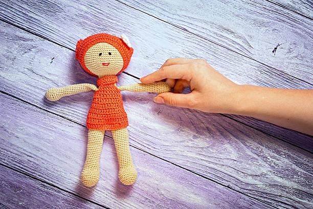 crocheted doll girl and this girl's hand - kleinkinder kleid häkeln stock-fotos und bilder