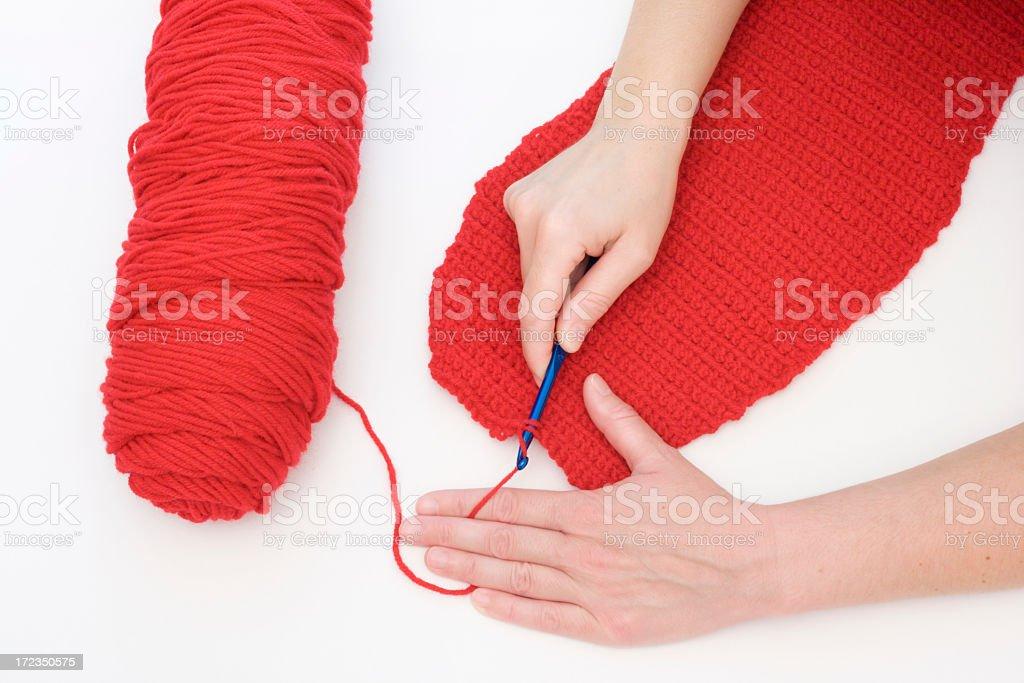 Crocheting un trapo rojo foto de stock libre de derechos