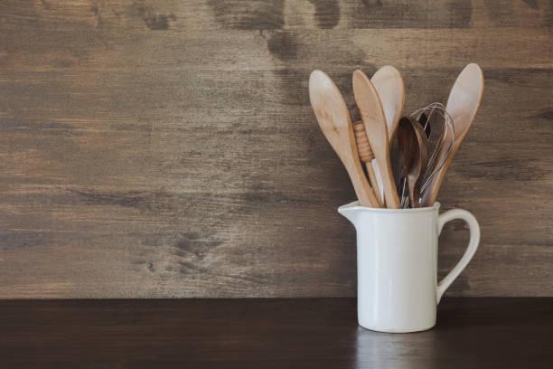 servies, clayware, donkere gebruiksvoorwerpen en andere verschillende dingen op houten tafelblad. het stilleven van de keuken als achtergrond voor het ontwerp. kopieer ruimte. - keukengereedschap stockfoto's en -beelden