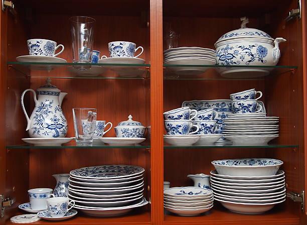louça de madeira do armário da cozinha - porcelana - fotografias e filmes do acervo