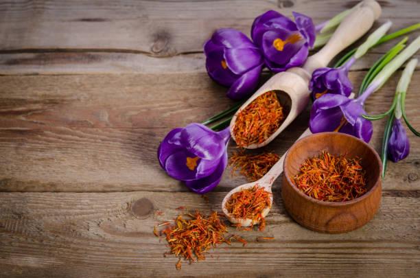 크 로커 스 꽃과 나무 테이블에 soffron와 숟가락 - 암술 뉴스 사진 이미지