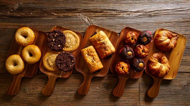 croissant muffin cookie bagel en napolitaanse - deeggerechten stockfoto's en -beelden