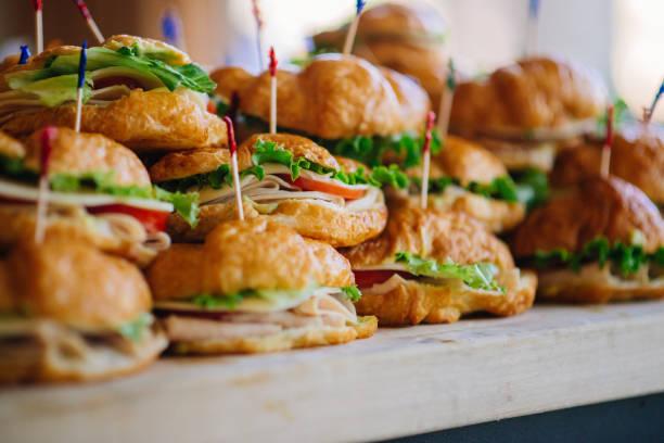 croissant-sandwich-stapel - mittagessen lebensmittel stock-fotos und bilder