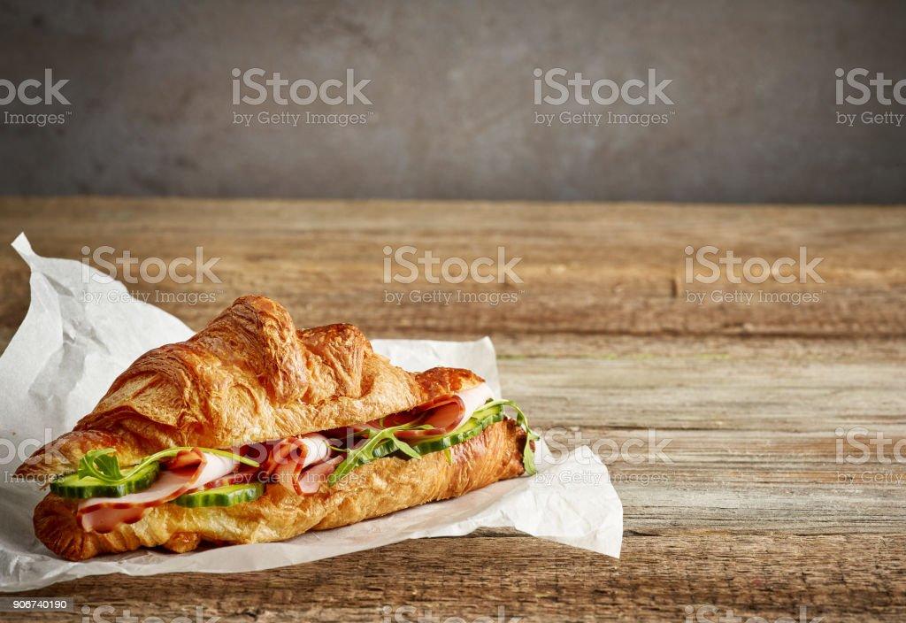 Croissant-Sandwich mit Schinken und Gurke – Foto