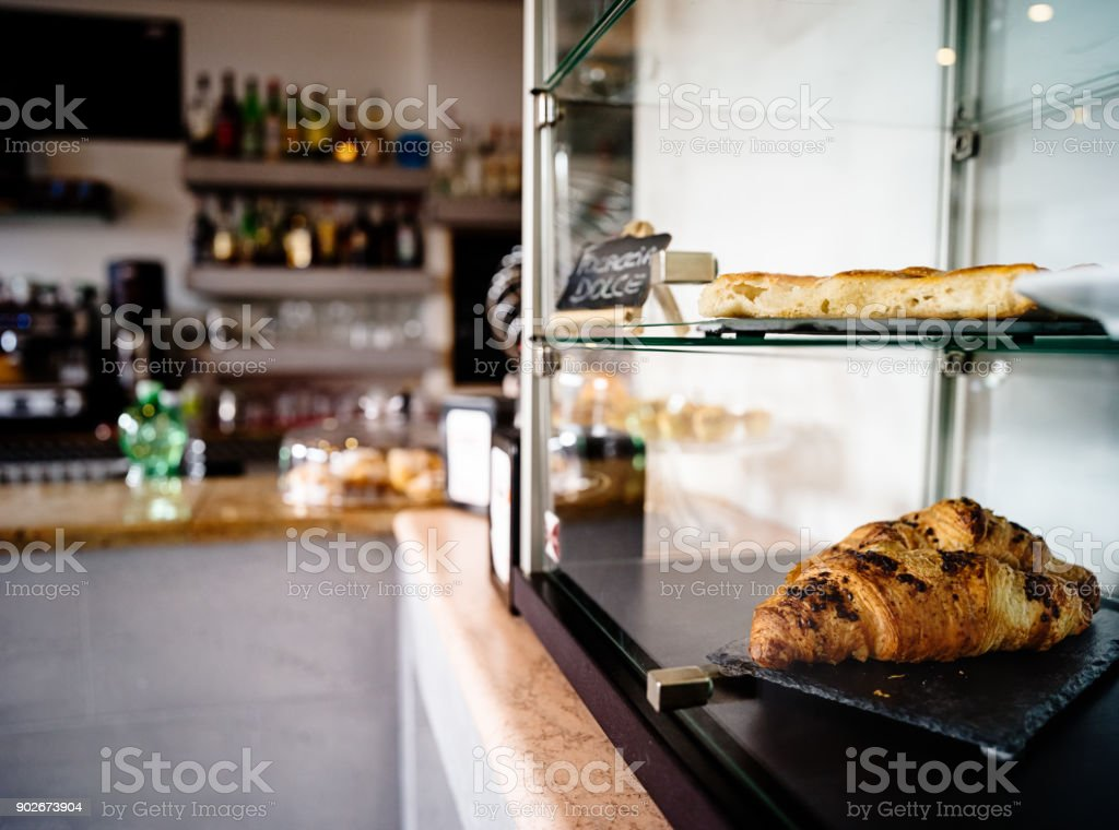 Croissants et focaccia au café italien - Photo