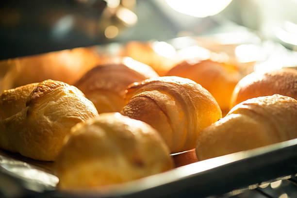 croissants im ofen backen - alufolie backofen stock-fotos und bilder