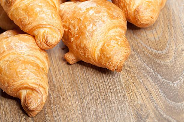 croissants auf einem hölzernen Hintergrund mit copyspace – Foto