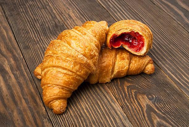 Croissants auf einem Holztisch – Foto