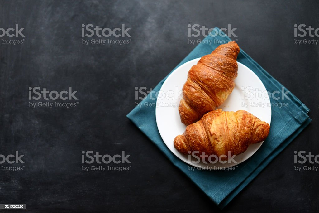 Croissant su sfondo nero - foto stock