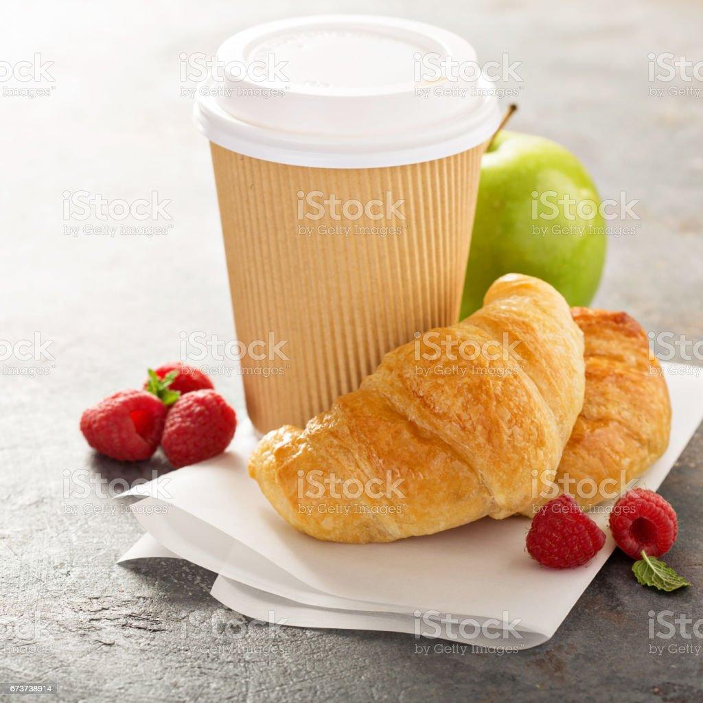 Croissants with coffee to go photo libre de droits