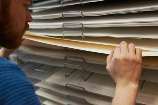 Pflanzenkünstler kauft Papier im Laden – Foto