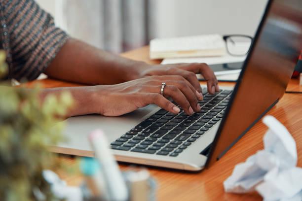 Ernte schwarze Frau auf Laptop tippen – Foto