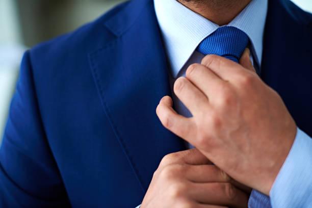 Crop Geschäftsmann knotting tie – Foto