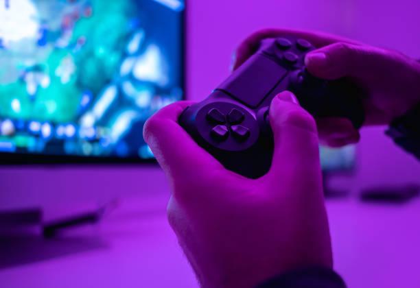gewas handen met controller - gaming stockfoto's en -beelden