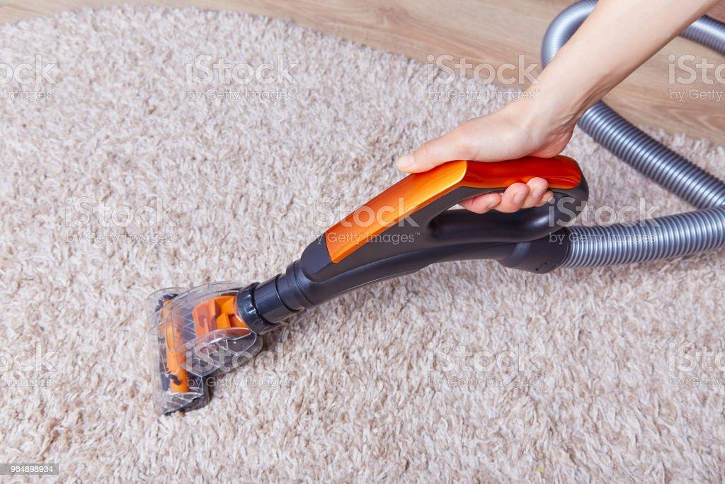 裁剪人清除地毯與現代清潔劑 - 免版稅乾淨圖庫照片