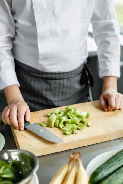 ernte-schuss von küchenchef machen gemüse smoothie - hackmesser stock-fotos und bilder