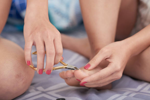 Ernte Frau schneiden Fußnägel – Foto