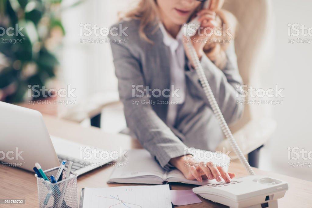 Nahaufnahme Foto von clever smart professionelle höflich Sekretärin in grau, die formellen Anzug, ihr Chef anruft beschnitten, sitzt sie am Tisch im Büro – Foto