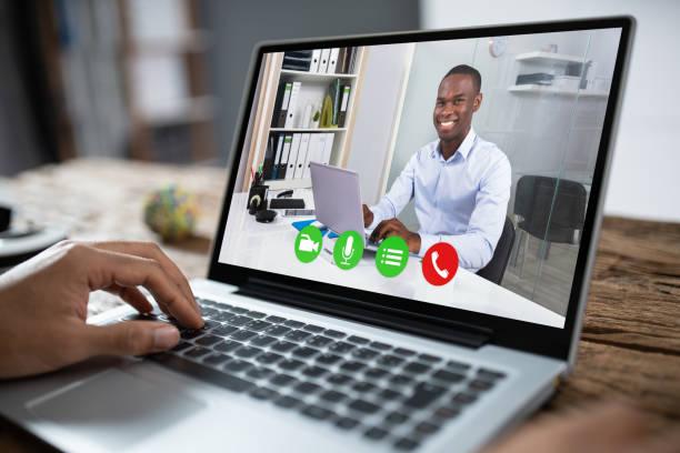 Abgeschnittenes Bild des Geschäftsmanns mit Laptop am Schreibtisch – Foto