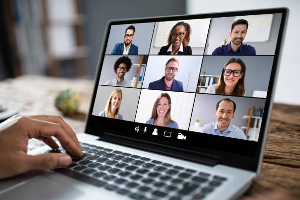 immagine ritagliata dell'uomo d'affari che usa laptop alla scrivania - internet foto e immagini stock