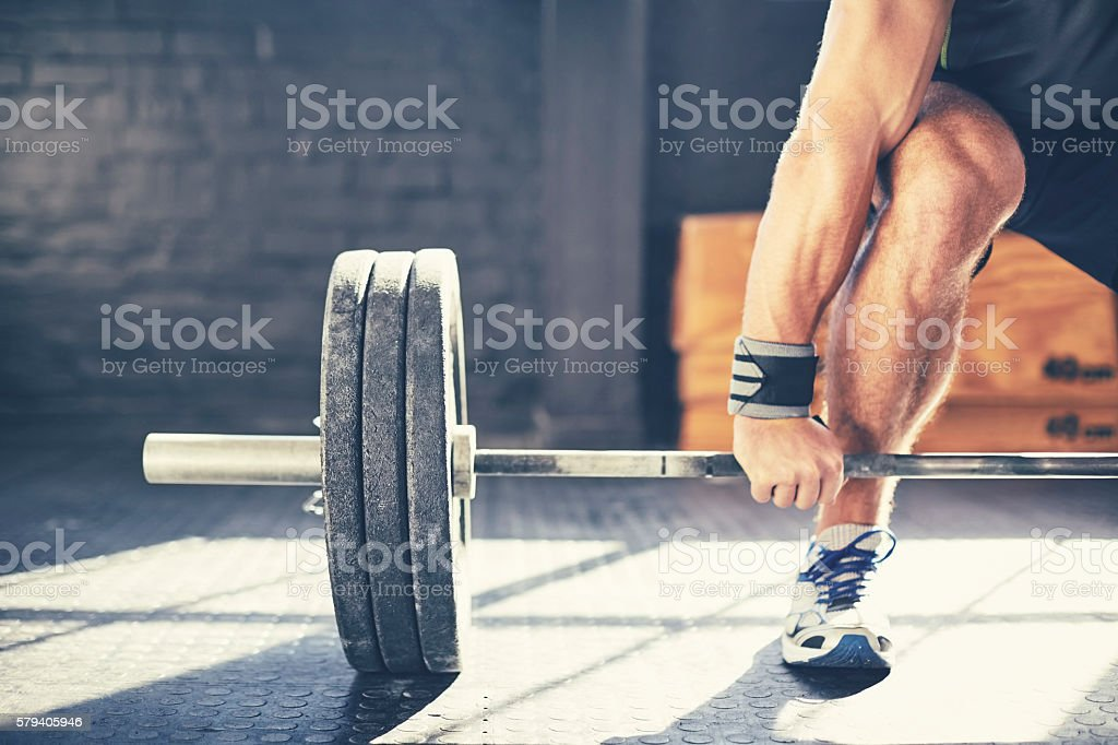 Cropped image of muscular man deadlifting barbell in gym - 免版稅Sportsperson圖庫照片