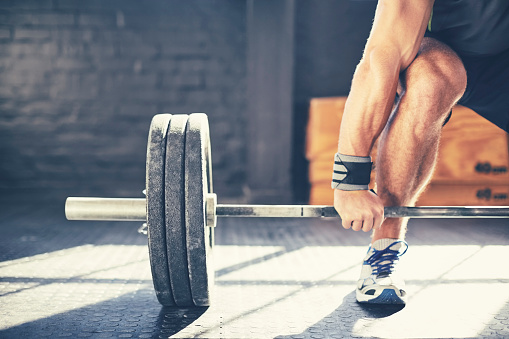 Cropped Image Of Muscular Man Deadlifting Barbell In Gym 照片檔及更多 Sportsperson 照片