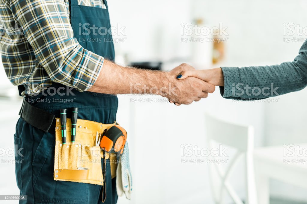 abgeschnitten Bild der Klempner und Client Händeschütteln in Küche – Foto