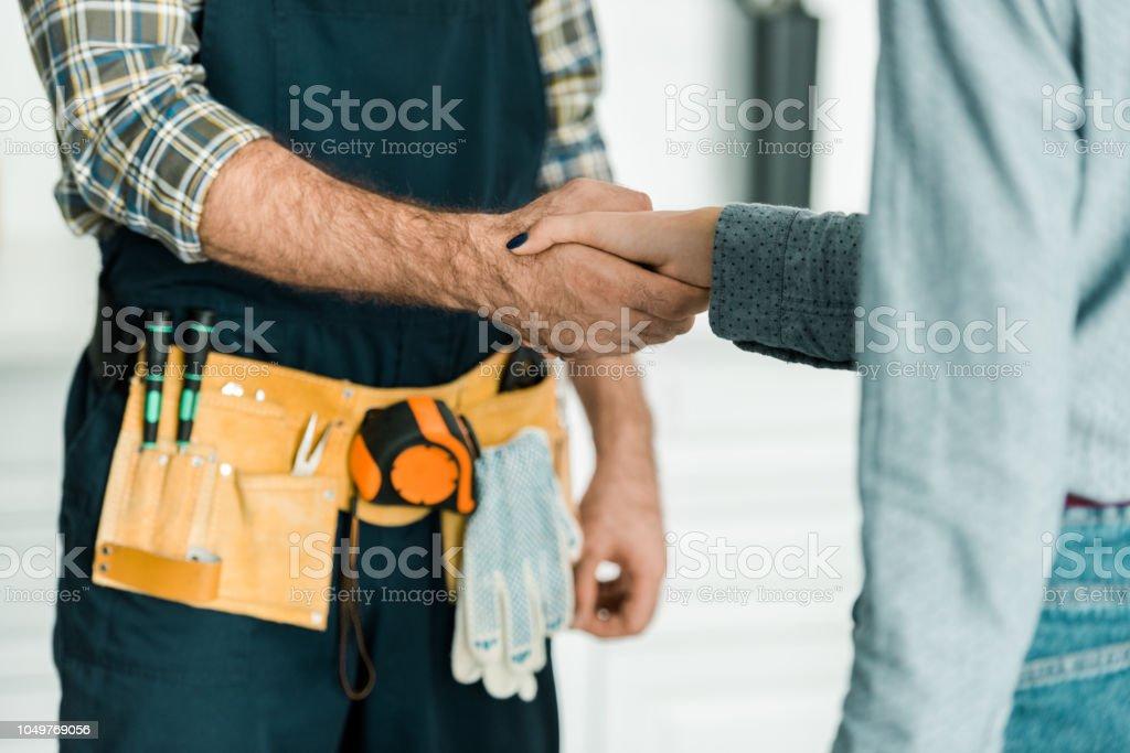 abgeschnitten Bild der Klempner und Kunden Händeschütteln in Küche – Foto