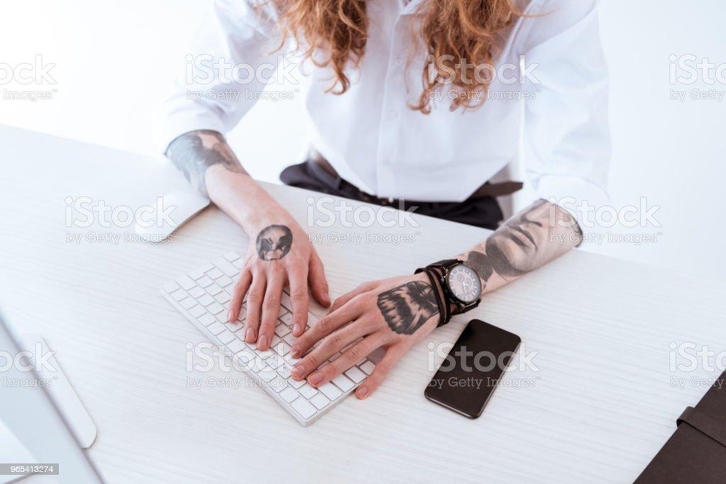 키보드에 입력 하는 곱슬 머리와 세련 된 사업가의 이미지를 자른 - 로열티 프리 경영자 스톡 사진