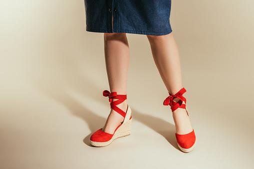 Cropped Image Of Stylish Woman In Red Platform Sandals On Beige Background - zdjęcia stockowe i więcej obrazów Beżowy