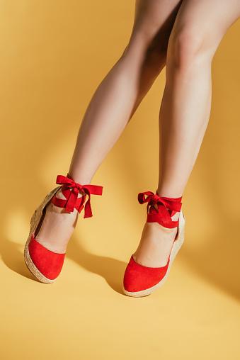 Cropped Image Of Woman Legs In Stylish Platform Sandals On Yellow Background - zdjęcia stockowe i więcej obrazów Cięcie w lini dolnej