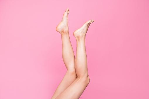 자른된 이미지 긴 여성 맞는 얇은 슬림 깨끗 한 명확한 다리 광고 광고 건강 한 라이프 스타일의 핑크 파스텔 배경 위에 고립 된 사진 보기 가꿔주기에 대한 스톡 사진 및 기타 이미지