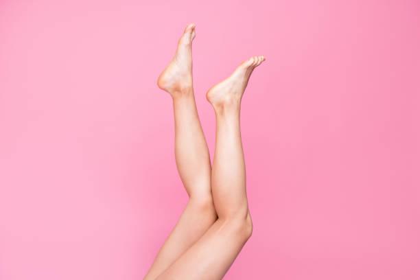kırpılmış görüntü göster fotoğraf pembe pastel arka plan üzerinde izole uzun kadınsı uygun ince ince temiz temizlemek bacaklar reklam ilan sağlıklı yaşam tarzı - i̇nsan vücudu parçası stok fotoğraflar ve resimler