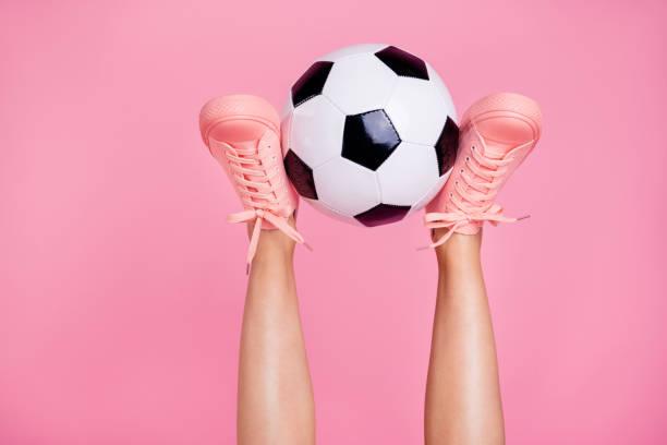 foto van de bijgesneden afbeelding weergeven van leuk cool meisjesachtig fit dunne slanke benen gezellige comfort zone spd levensstijl rust ontspannen wit zwarte bal weekend geïsoleerd over roze pastel achtergrond - vrouw hobby stockfoto's en -beelden