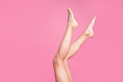 자른된 이미지 좋은 긴 매력적인 여성 맞는 얇은 슬림 부드러운 부드러운 광택 분명 깨끗 한 면도 다리 광고 광고 핑크 파스텔 배경 위에 절연의 사진 보기 가꿔주기에 대한 스톡 사진 및 기타 이미지