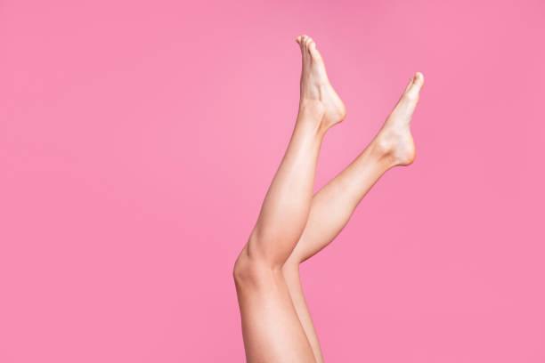 kırpılmış görüntü güzel uzun çekici kadınsı uygun ince ince yumuşak pürüzsüz parlaklık pembe pastel arka plan üzerinde temiz traşlı bacaklar reklam reklam izole açık fotoğraf görüntülemek - i̇nsan vücudu parçası stok fotoğraflar ve resimler