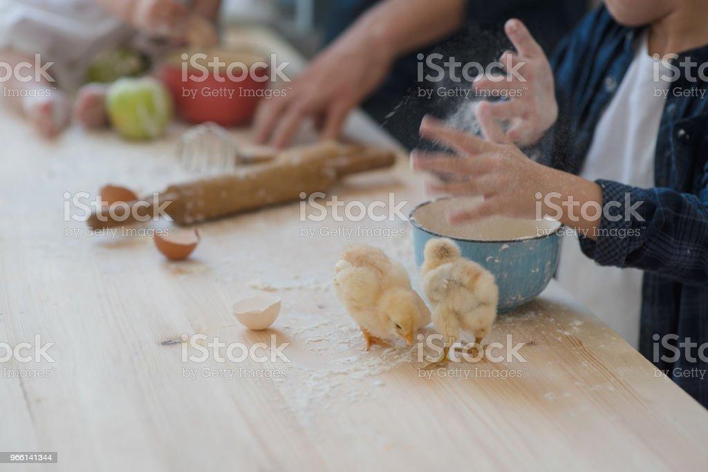 Beskuren bild pappa med sin lilla son och dotter bakning tillsammans - Royaltyfri Baka Bildbanksbilder