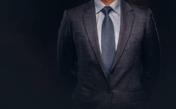 portret van een succesvolle zakenman, gekleed in een elegante formele pak bijgesneden. - pak stockfoto's en -beelden
