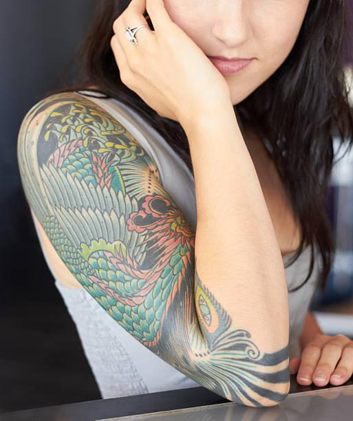 kunstwerke stolz darauf, wohn- - tattoos frauen arm stock-fotos und bilder