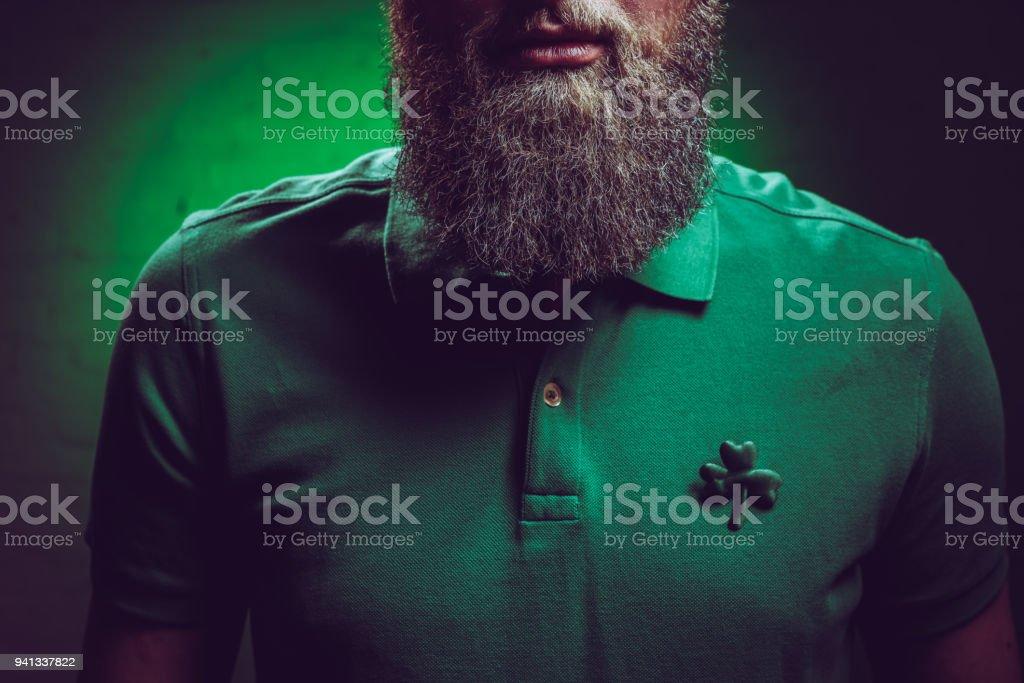 Droit Chemise Libre Homme De Photo Recadrée Barbu Dun Tir Portant m0Nnvw8