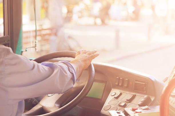 Abgeschnittene Aufnahme von Busfahrern, die Lenkrad halten – Foto