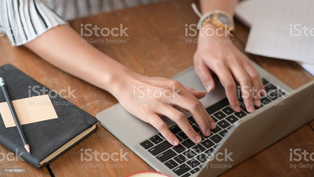 Causgepfter Schuss von Geschäftsfrau, die arbeitet und mit Laptop-Computer - Lizenzfrei Arbeiten Stock-Foto