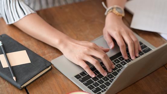 Causgepfter Schuss Von Geschäftsfrau Die Arbeitet Und Mit Laptopcomputer Stockfoto und mehr Bilder von Arbeiten