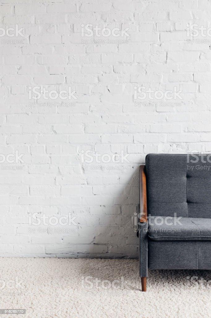 Zugeschnittenen Schuss Der Couch Im Wohnzimmer Mit Weissen Mauer