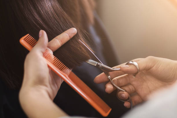 recadrée tir de clientes recevant une coupe de cheveux - couper les cheveux photos et images de collection