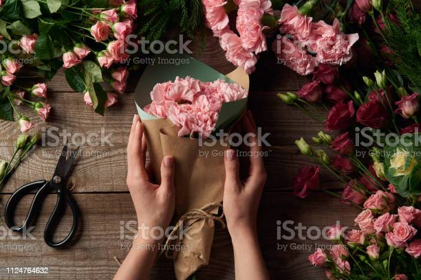 Cropped shot of female hands holding beautiful bouquet and tender picture id1124764632?b=1&k=6&m=1124764632&s=612x612&h=srms700vgeu8dcpl6vsyq803wwicpforns72j2zuyic=
