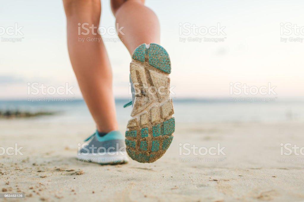 Kumsalda çalışan kadın jogger kadeh kırpılmış - Royalty-free Aktif Hayat Tarzı Stok görsel
