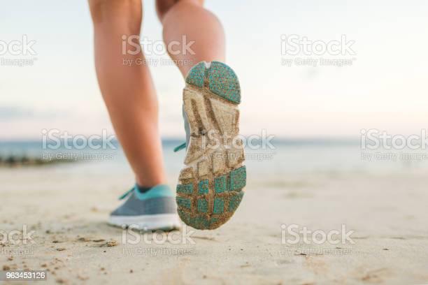 Kumsalda Çalışan Kadın Jogger Kadeh Kırpılmış Stok Fotoğraflar & Aktif Hayat Tarzı'nin Daha Fazla Resimleri